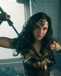 """Wonder Woman bisexuelle ? """"Plutôt logique"""" d'après Gal Gadot"""