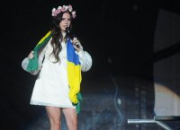 """Lana Del Rey donne du """"Love"""" sur son nouveau single envoûtant"""