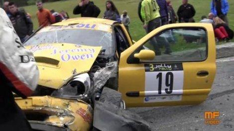 Rallye Petit Miracle En Italie Avec Une Voiture Qui Evite Les Spectateurs De Tres Peu