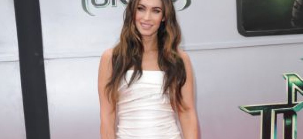 Megan Fox, sexy en mini robe drapée