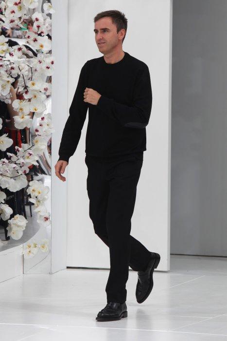Raf Simons sur le podium du défilé Dior Haute Couture automne-hiver 2014-2015 à Paris, le 7 juillet 2014.