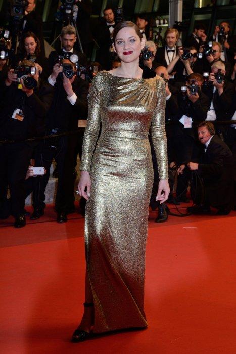 Marion Cotillard en robe dorée Dior sur la tapis rouge cannois, le 15 mai 2016.
