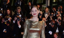 Marion Cotillard : sa sublime robe dorée sur le tapis rouge cannois