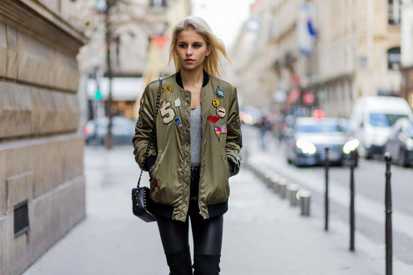 Caroline Daur avec sa veste bomber lors de la Fashion Week automne-hiver 2016/2017 à Paris.