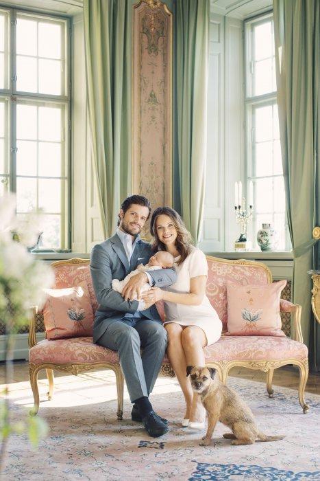 Le prince Carl Philip, la princesse Sofia et leur fils, le prince Alexander de Suède, au Château de Drottningholm, le 09 mai 2016.