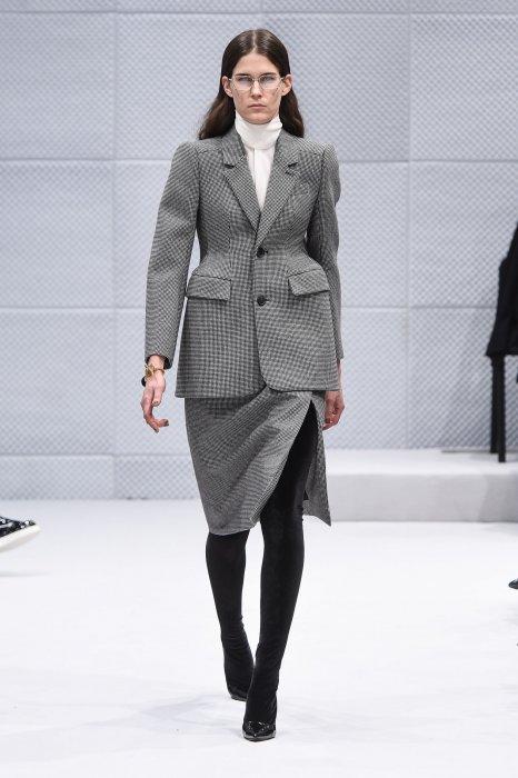 Coupe ample et hanches soulignées : la veste de tailleur Balenciaga se revisite.