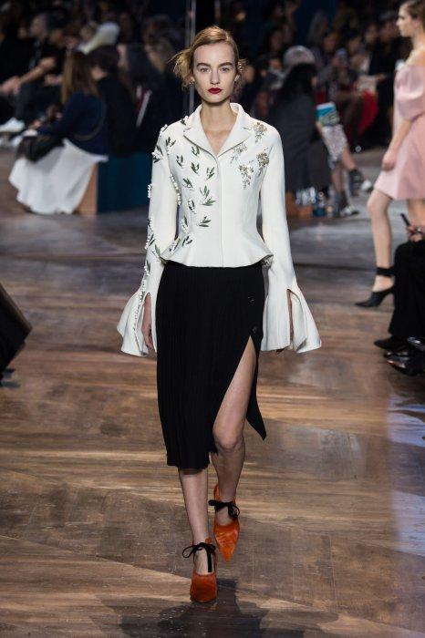 "La veste ""Bar"" de Dior se pare de broderies."