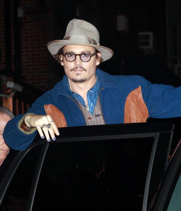 Johnny Depp porte du vernis à ongles à l\
