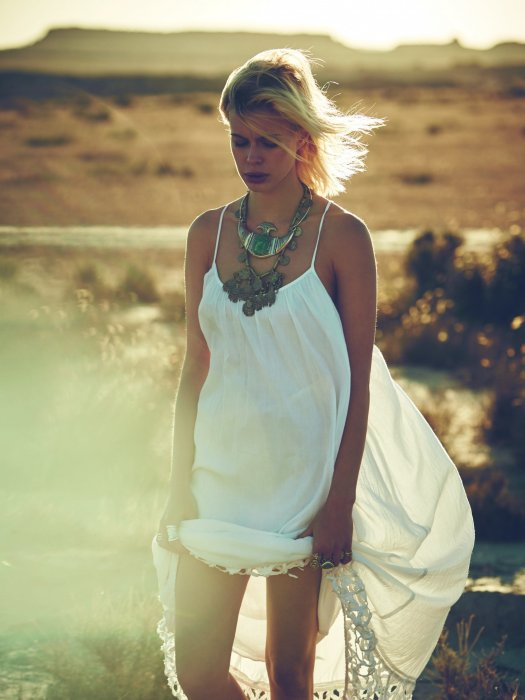 Robe longue blanche : bohème et parfaite pour la journée.