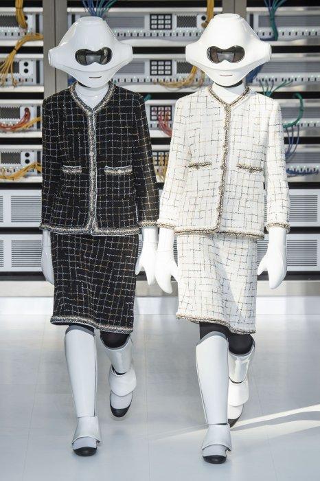 Chanel fait défiler des robots habillés de tailleur en tweed pour son défilé Printemps-Été 2017.