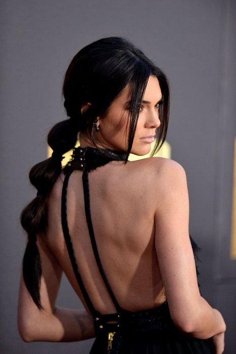 Lors de la cérémonie des  MTV Movie Awards 2016  qui a eu lieu le 09 avril, Kendall Jenner a attiré tous les regards avec sa bubble tail.