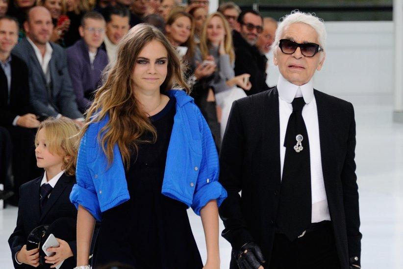 Cara Delevingne et Karl Lagerfeld lors de la Fashion Week printemps-été 2016, en octobre 2015.