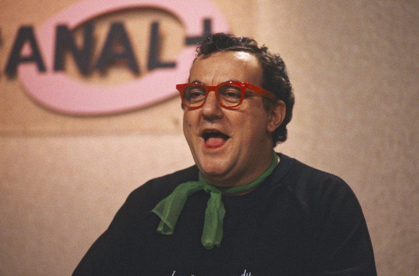 Coluche sur le plateau de Canal+ en 1985.