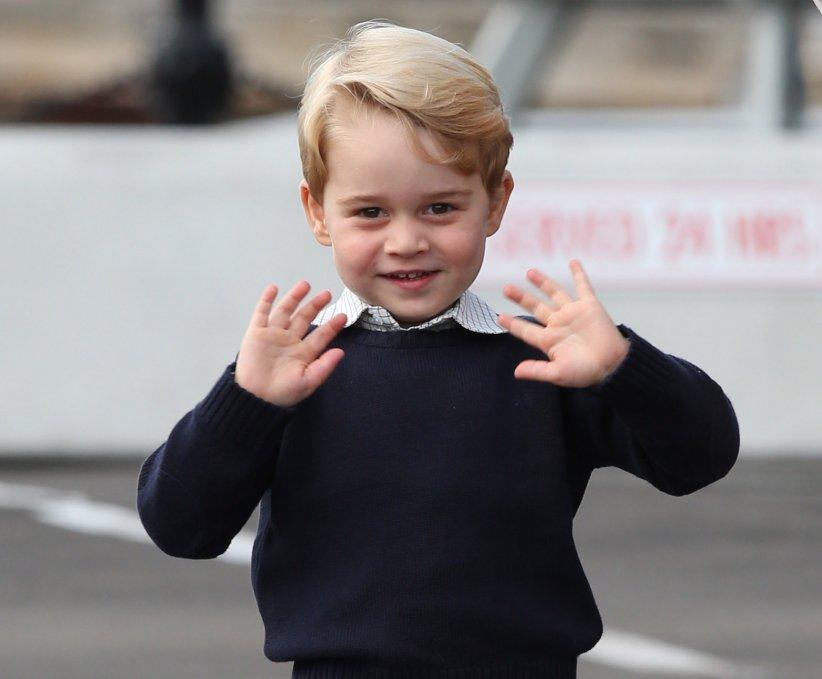 Le prince George salue la foule avant de monter dans l\