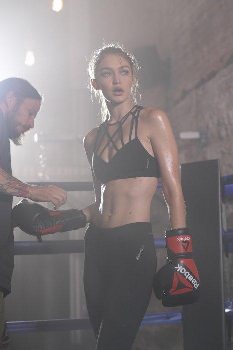 """Gigi Hadid pose pour la campagne """"Be More Human"""" de Reebok."""