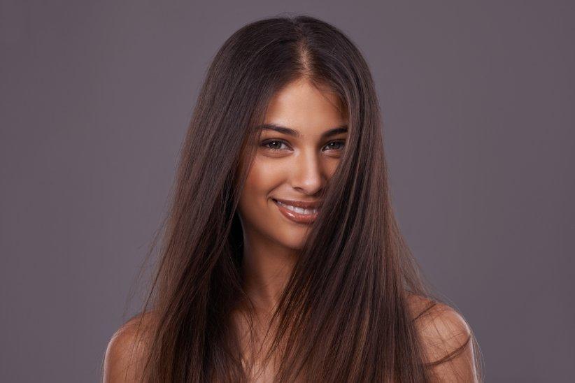 Chevelure indomptable ? Craquez pour le lissage brésilien