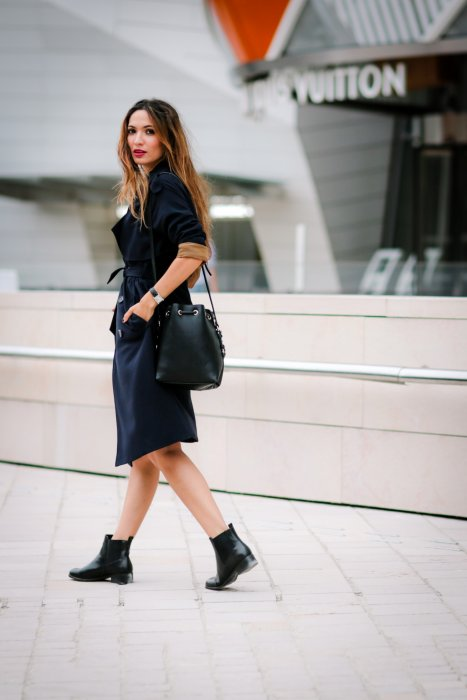 Sofya Benzakour, blogueuse mode du blog La couleur du moment, à côté de la Porte Dauphine à Paris, le 4 septembre 2016.