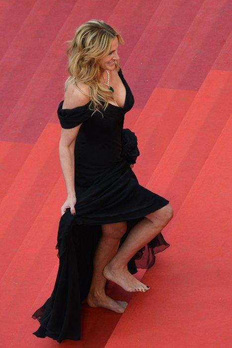 Julia Roberts, pieds nus pour sa première montée des marches au Festival de Cannes, le 12 mai 2016.