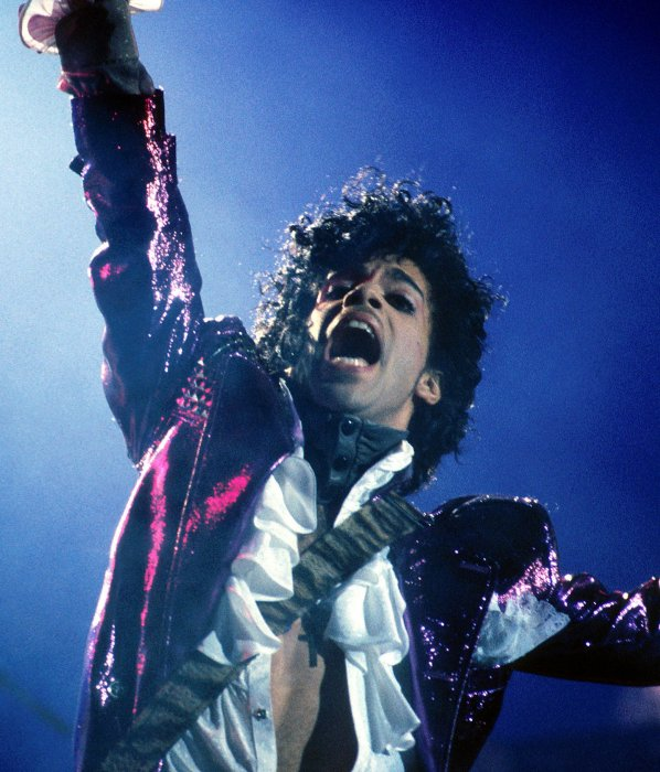 Le chanteur Prince sur scène pendant sa tournée  Purple Rain , en 1984.