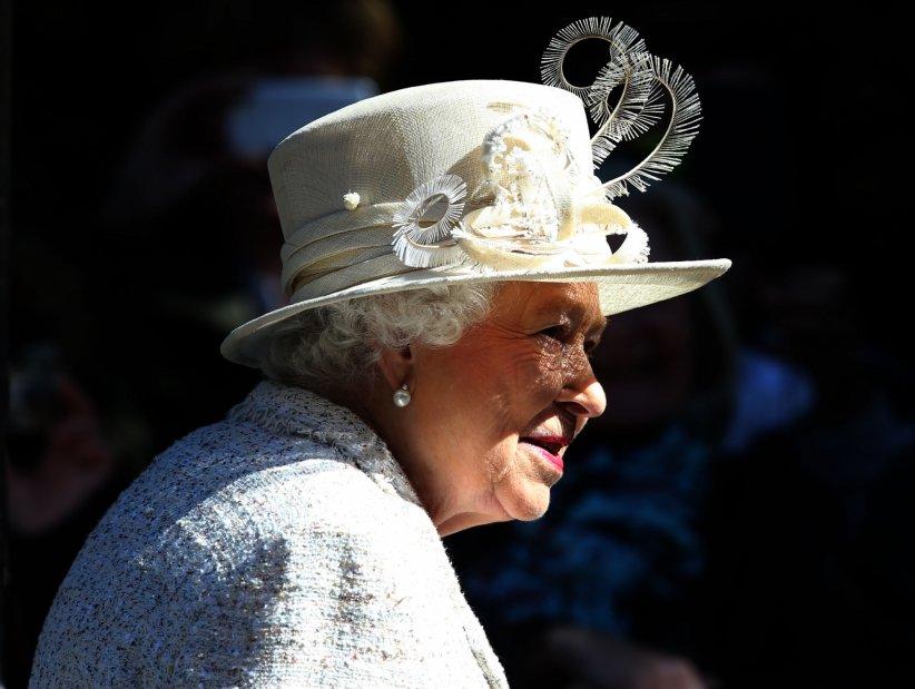 La reine Elizabeth II inspecte le régiment des fusiliens écossais, à Balmoral, le 8 août 2016.