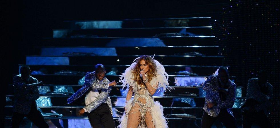 Jennifer Lopez ose la robe en cristaux Swarovski pour son retour sur scène !