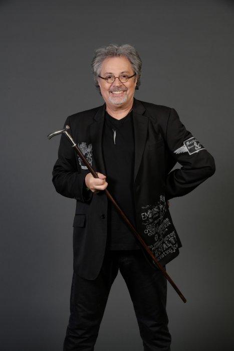 Patrick Hernandez prend la pose dans les coulisses du concert Stars 80 au Stade de France à Paris, le 9 mai 2015.