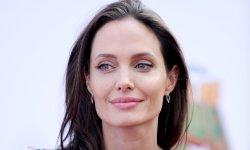 Angelina Jolie craque pour un ours en peluche