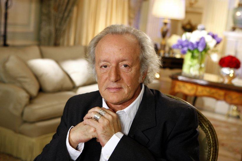 Didier Barbelivien prend la pose pour une séance photo à Paris, le 19 novembre 2011.