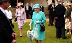 Que cache la reine Elizabeth II dans son sac à main ?
