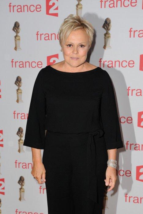 Muriel Robin assiste à la 28e cérémonie des Molières aux Folies Bergère à Paris, le 23 mai 2016.