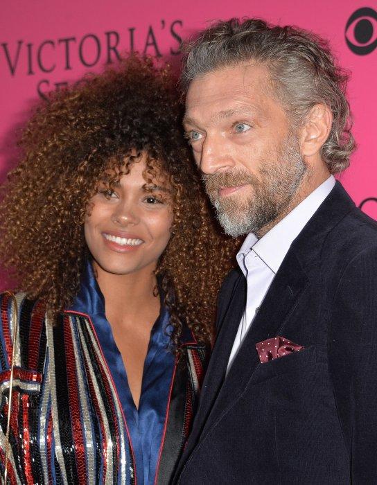 Vincent Cassel et sa compagne Tina Kunakey lors du photocall du défilé de Victoria\