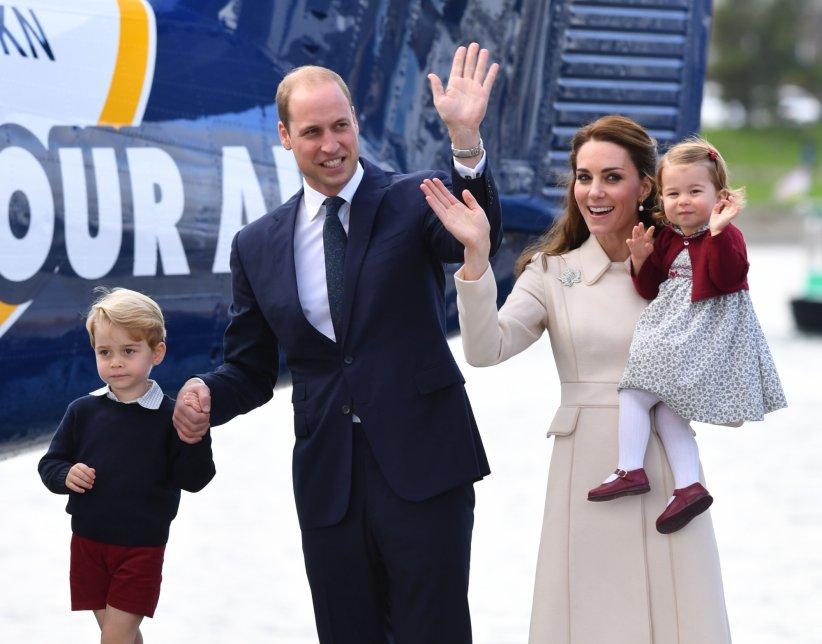 Le prince William, Kate et leurs deux enfants George et Charlotte sur le tarmac de l\