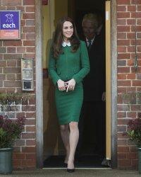 Pourquoi Kate Middleton porte toujours ses sacs à deux mains ?