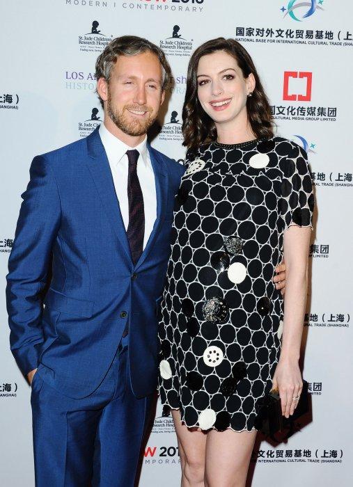 Anne Hathaway dévoilé son baby bump au côté de son mari, Adam Shulman, lors du LA Art Show, en janvier 2016.
