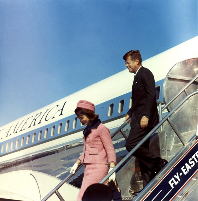 Le président américain John F. Kennedy et la First Lady Jacqueline Kennedy descendent de l'avion Air Force One à l'éroport de Dallas Love Field au Texas, le 22 novembre 1963.