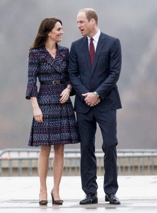 Le prince William et Kate Middleton rencontrent des jeunes fans de rugby sur le parvis des droits de l\