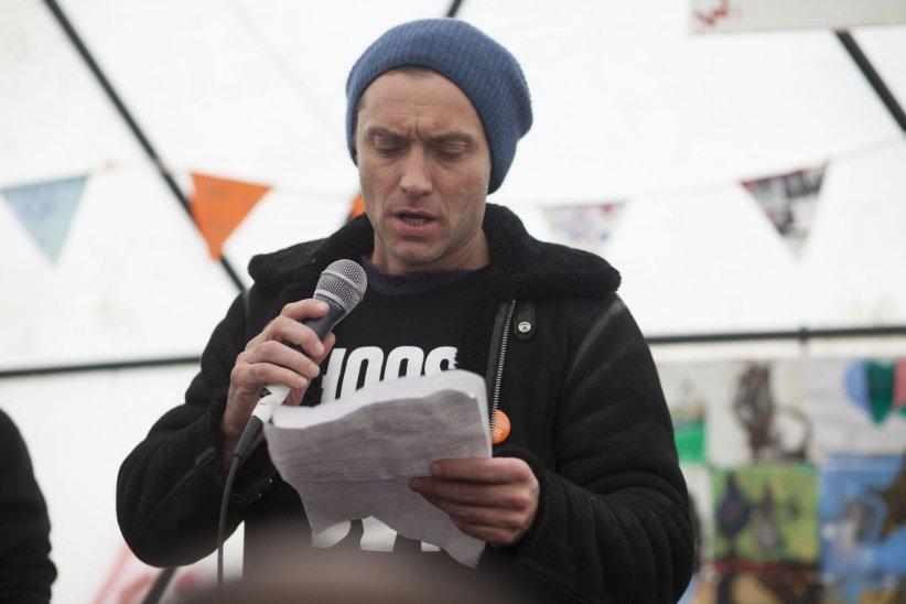 """Jude Law se rend dans la """"jungle"""" de Calais, pour y lire une lettre adressée à David Cameron, le 21 février 2016."""