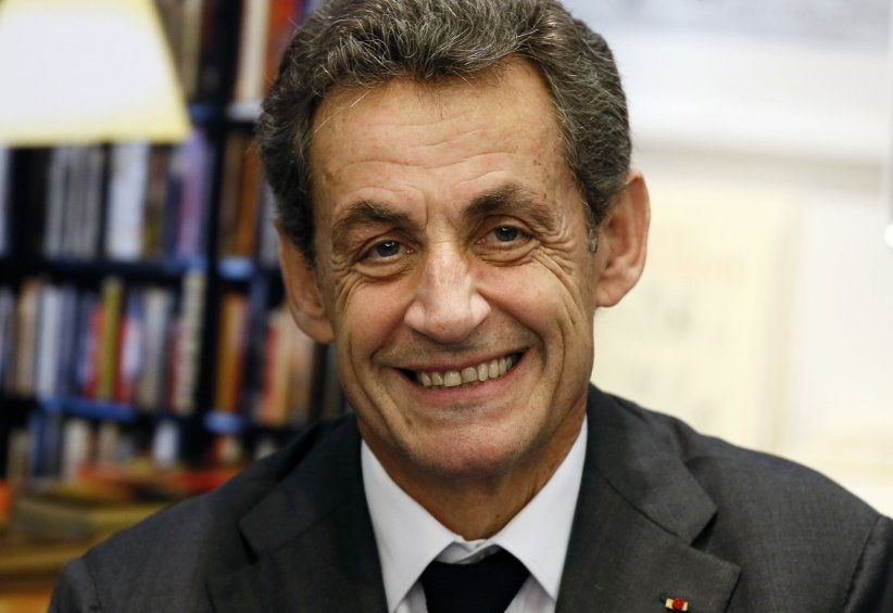 Nicolas Sarkozy dédicace son livre  La France pour la vie  dans une librairie à Bordeaux, le 9 février 2016.