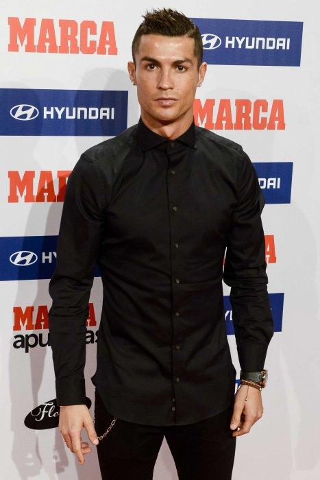 """Cristiano Ronaldo : il se trouve """"riche et beau"""""""