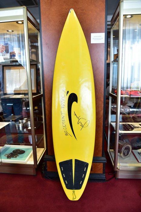 La planche de surf de Brice de Nice signée par Jean Dujardin, lors de la vente aux enchères HelpCannes, le 16 mai 2016.