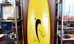 Une Palme d'or et une célèbre planche de surf vendues aux enchères à Cannes