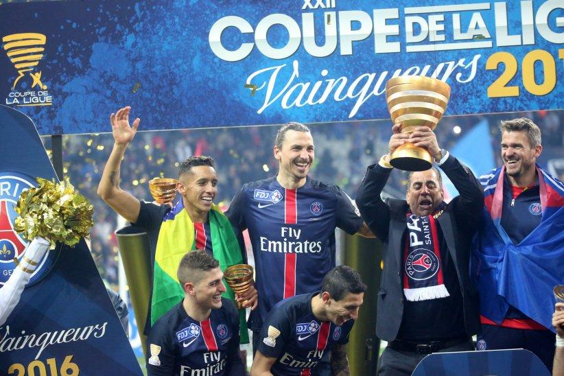 Zlatan Ibrahimovic célèbre la victoire du PSG en Coupe de la Ligue au Stade de France à Paris, le 23 avril 2016.