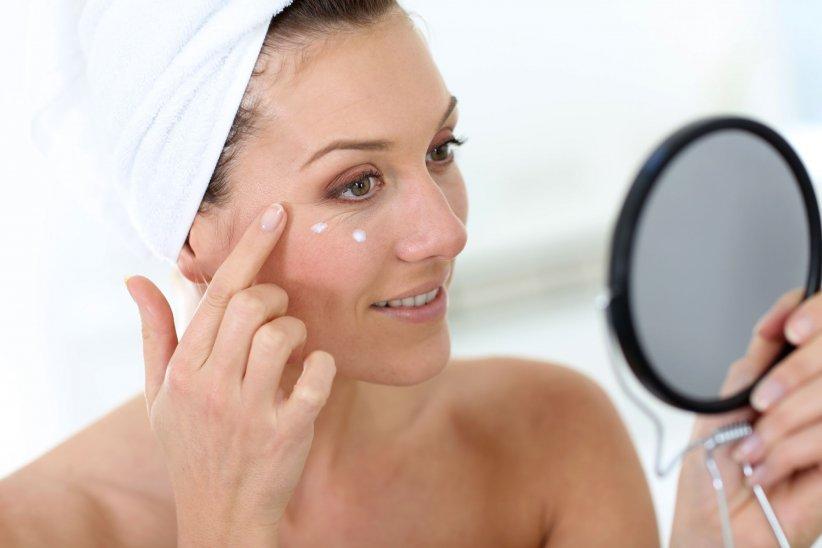 Appliquer une base lissante sous les yeux permet de combler les pores, rides et autres ridules.