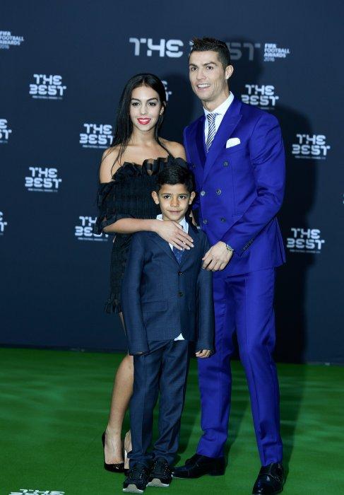 Cristiano Ronaldo, son fils Cristiano Jr et sa compagne Georgina Rodriguez au photocall du Gala de la FIFA, à Zurich, le 9 janvier 2017.