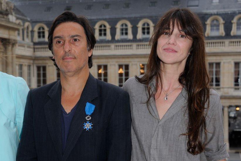 """Yvan Attal avec Charlotte Gainsbourg après avoir été décoré """"Chevalier de l\"""