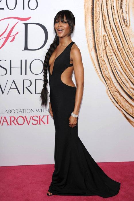 Naomi Campbell, resplendissante en robe noire lors des CFDA Fashion Awards, le 6 juin 2016 à New York.