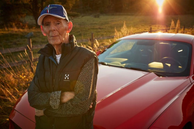A 97 ans, il roule en Ford Mustang