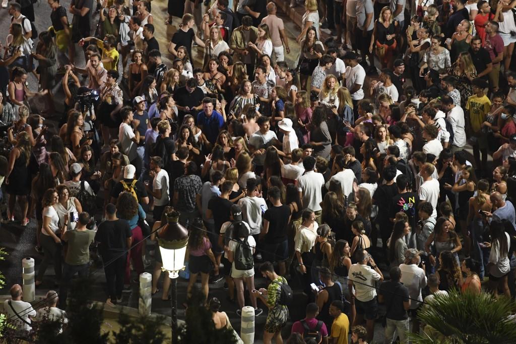 Un concert polémique rassemble des milliers de personnes — Nice