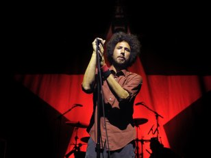 "Zack de la Rocha dévoile son tout premier single solo, ""Digging for Windows"""