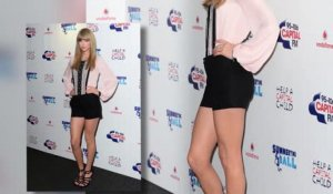 Taylor Swift dévoile ses jambes au Capital Summertime Ball